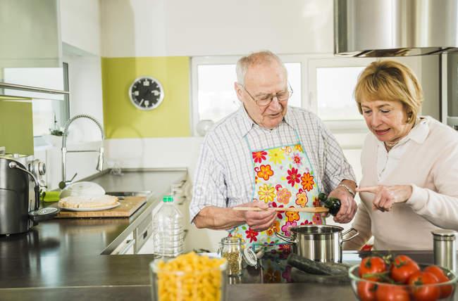 Casal sênior cozinhando na cozinha — Fotografia de Stock
