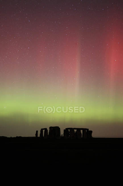 La Grande-Bretagne, l'Angleterre, Stonehenge à aurora nuit, vert et rouge — Photo de stock