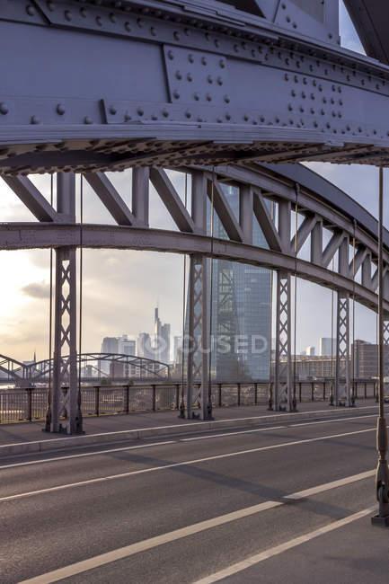 Deutschland, hessen, frankfurt, stadtbild mit ecb-turm hinter brückenbau — Stockfoto