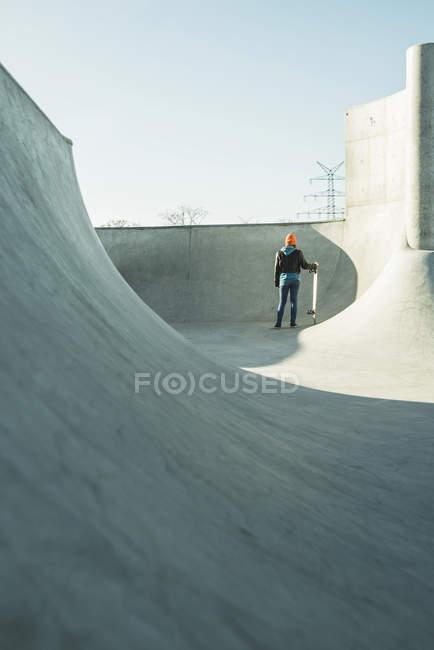 Mädchen im Skatepark mit Skateboard Rampe — Stockfoto