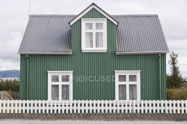 Pequeña casa de una familia verde Eyrarbakki, Islandia - foto de stock