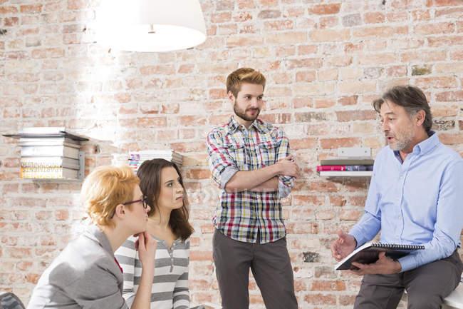 Réunion de gens d'affaires créatifs dans la salle de conférence — Photo de stock