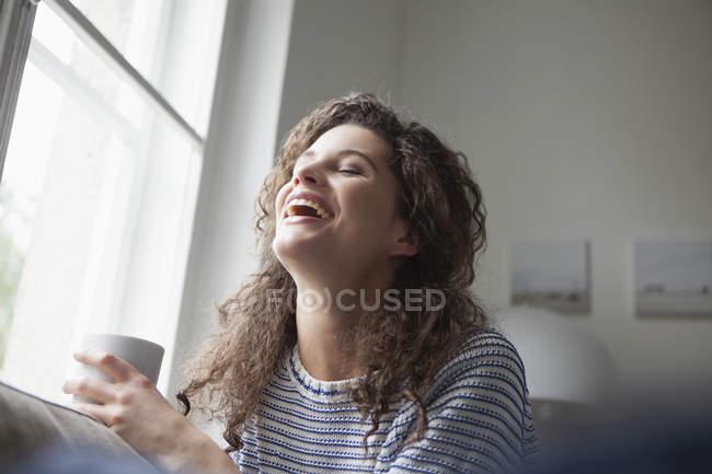 Счастливая молодая женщина дома — стоковое фото