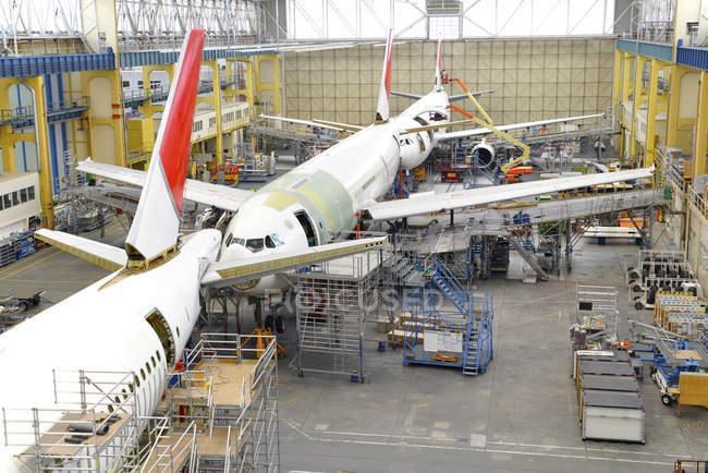 Costruzione dell'aeroplano in un hangar chiuso — Foto stock