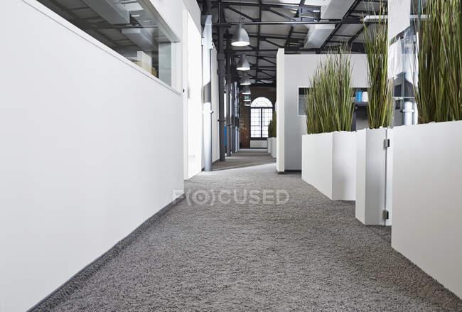 Современный офис открытой планировки в помещении — стоковое фото