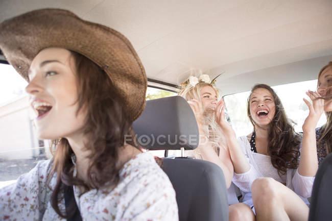 Amigos em uma viagem de carro — Fotografia de Stock