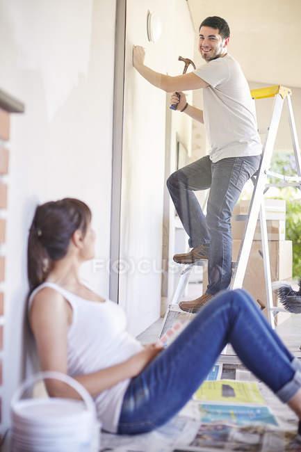 Человек, работающий с молотком в новом доме — стоковое фото
