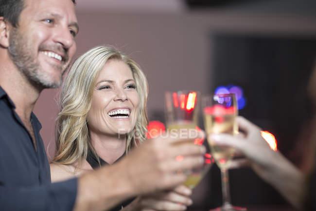 Toasten mit sektgläsern auf Party Freunde — Stockfoto