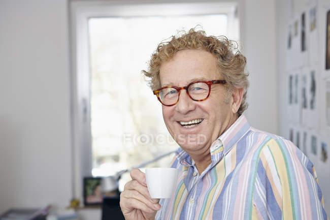 Senior trinkt zu Hause Espresso — Stockfoto