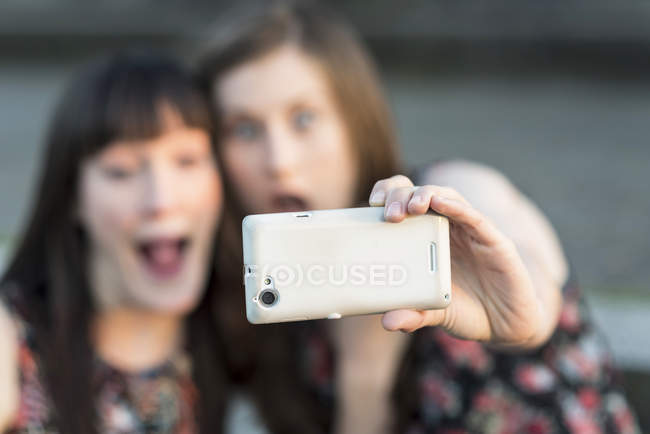 Two happy young women taking a selfie — Stock Photo