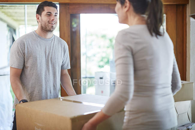 Couple moving house carrying a box — Stock Photo