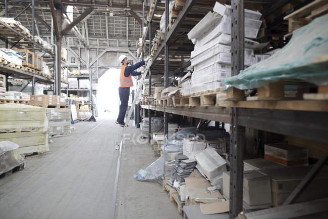 Manutentionnaire dans l'entrepôt à crémaillère — Photo de stock