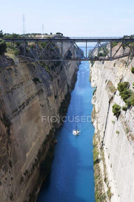 Греция, Коринфский канал с утесами и лодка — стоковое фото