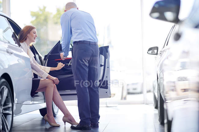 Car dealer talking to client — Stock Photo
