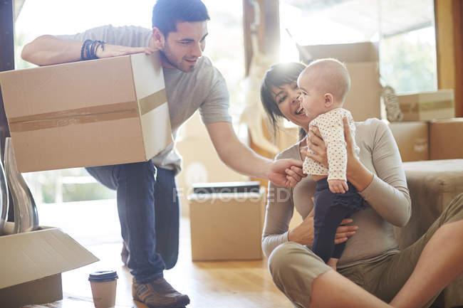 Maison mobile assis avec un bébé — Photo de stock