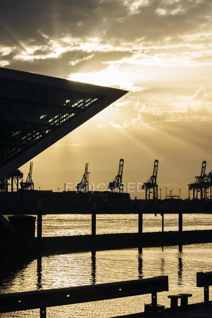 Blick auf Bürogebäude Dockland bei Sonnenuntergang, Hamburg, Deutschland — Stockfoto