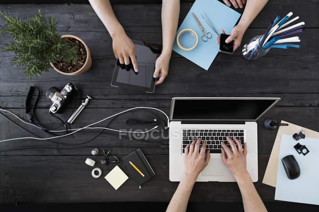 Trabajar en casa con laptop, smartphone y tablet digital - foto de stock