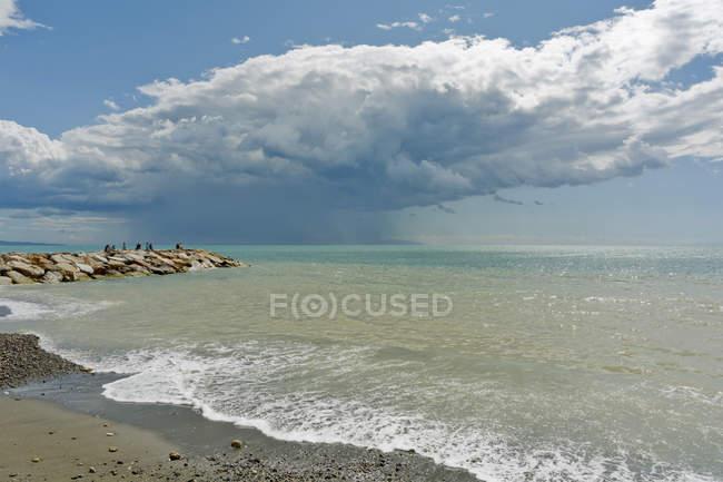 Италия, Тоскана, Кастаньето Кардуччи, Доноратико, бурная атмосфера у моря — стоковое фото