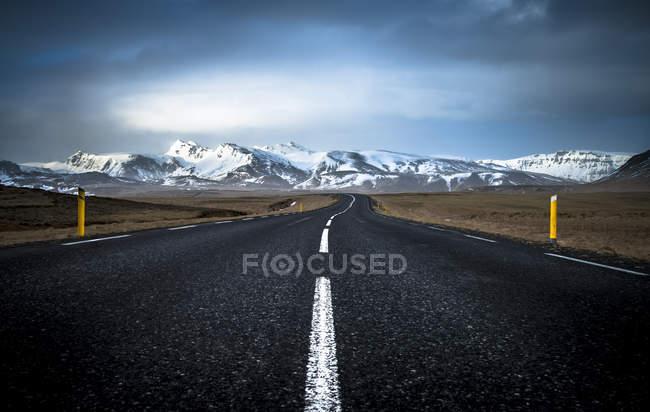 Вид на порожній дороги і гори на фоні денний час — стокове фото