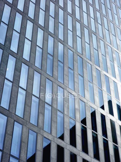 Вид на фасаді сучасні офісні вежа в денний час, Цюрих, Швейцарія — стокове фото