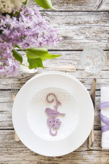 Закладений дерев'яний стіл прикрашена квітучий Бузок — стокове фото