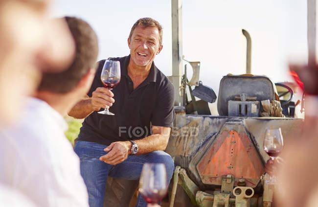 Южная Африка, виноградари дегустации вина в винограднике — стоковое фото