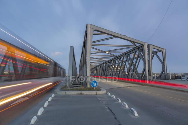 Германия, Гамбург, дорожного движения на мосту в Хафенсити — стоковое фото
