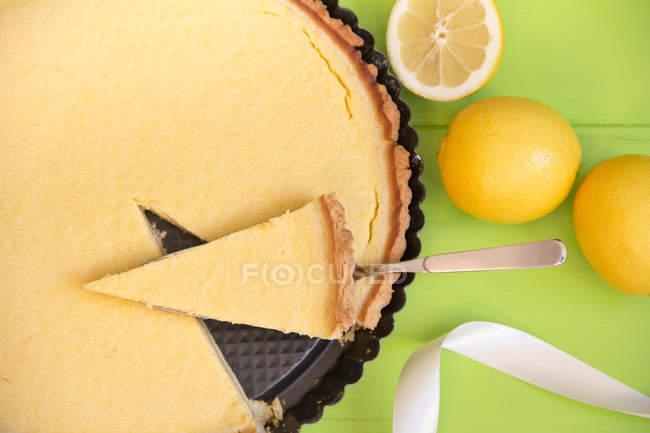 Vue de dessus du gâteau au citron avec pâte brisée — Photo de stock
