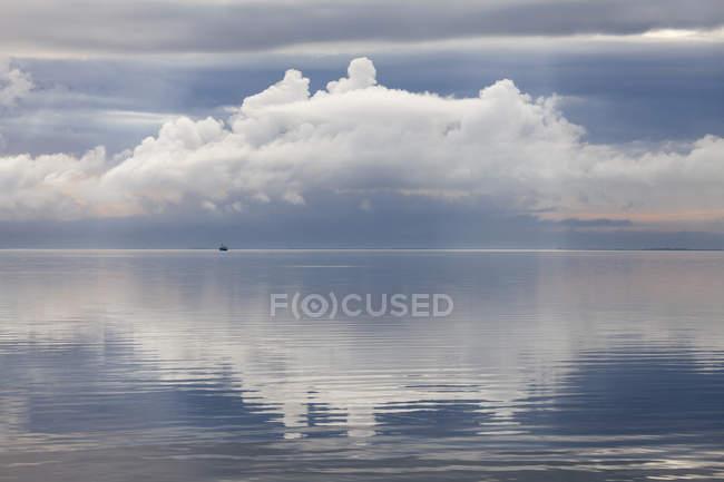 Vue lointaine du bateau solitaire de jour, parc national du Schleswig-Holstein Wadden Sea, mer du Nord, Sylt, Frise du Nord, Schleswig-Holstein, Allemagne — Photo de stock