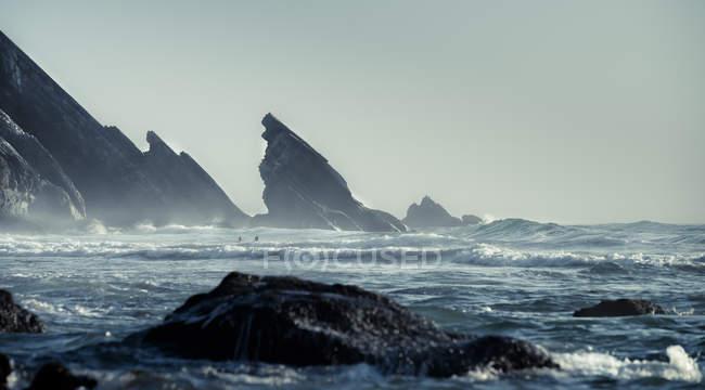 Costa na praia da Adraga, com formações rochosas — Fotografia de Stock