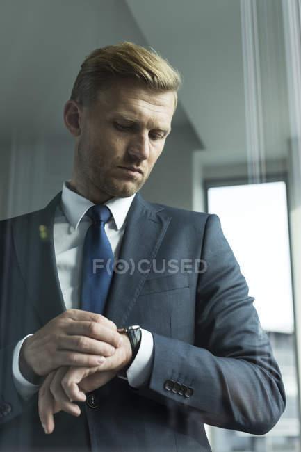 Портрет предпринимателя время проверки — стоковое фото