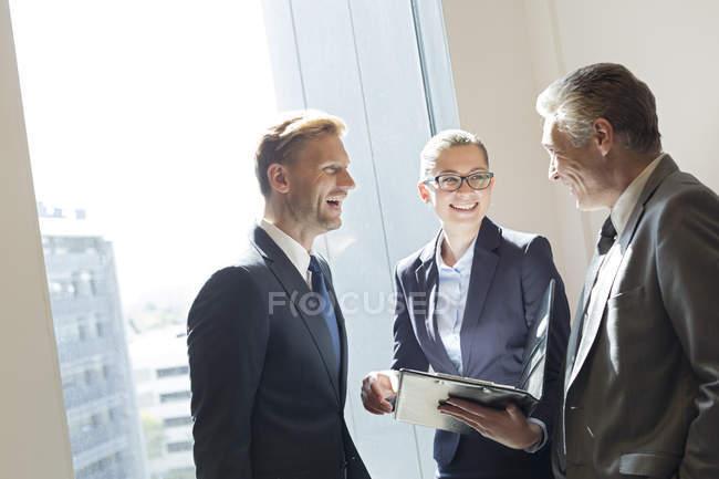 Rire les gens d'affaires célébrant le succès — Photo de stock