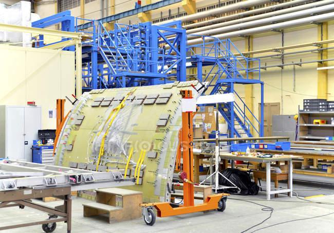 Interior de un hangar con herramientas dentro - foto de stock