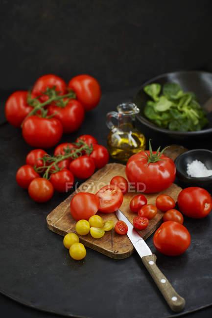 Нарезанные красные и желтые помидоры — стоковое фото