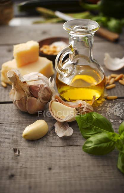 Cerca de ingredientes para el pesto sobre la mesa - foto de stock