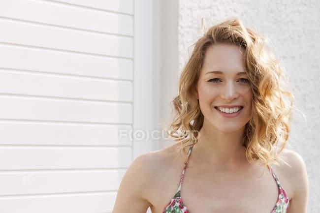 Портрет улыбающийся молодой женщины с вьющимися волосами — стоковое фото