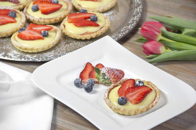 Crostatina di frolla con crema alla vaniglia, fragole e mirtilli — Foto stock