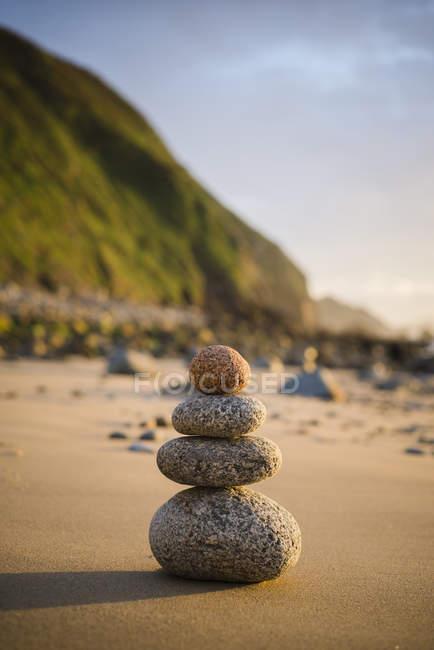 Spanien, Galicien, Valdovino, vier kleine Felsen im Gleichgewicht am Strand — Stockfoto