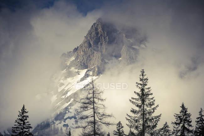 Österreich, Bundesland Salzburg, Maria Alm, Berge im Nebel — Stockfoto