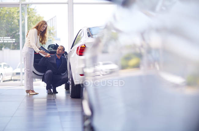 Couple at car dealer — Stock Photo