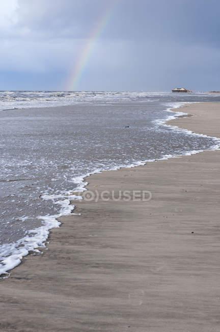 Deutschland, Schleswig-Holstein, St. Peter-Ording, Nordsee, Strand, Blick und Regenbogen — Stockfoto