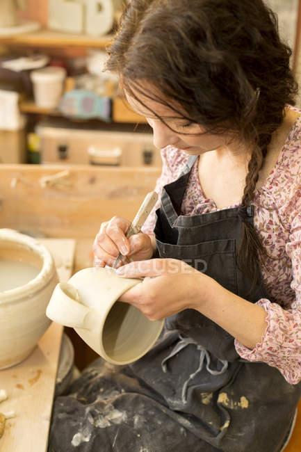 Potter в майстерні працюють на глиняний глечик — стокове фото