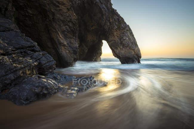 Formação rochosa ao pôr do sol — Fotografia de Stock