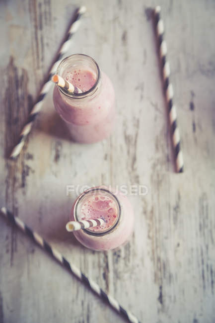 Dois copos de batido de morango de banana — Fotografia de Stock