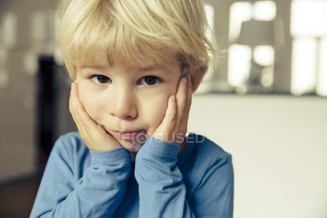 Маленький хлопчик з головою в руках портрет — стокове фото