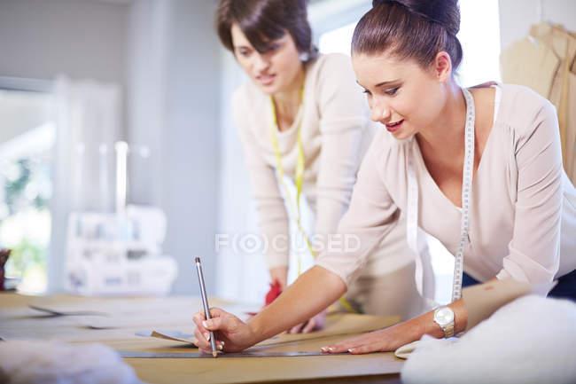 Deux couturières travaillant dans un atelier de tailleur — Photo de stock