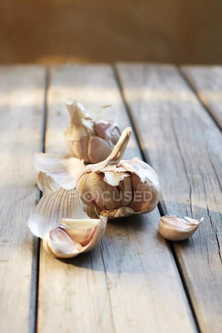 Dientes de ajo crudos - foto de stock