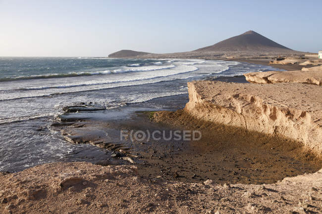 Spain, Canary Islands, Tenerife, Granadilla de Abona, beach and Mount Montana Roja in El Medano — Stock Photo