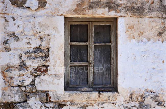 Старий вивітрювання вікна під час очною, повний кадр — стокове фото