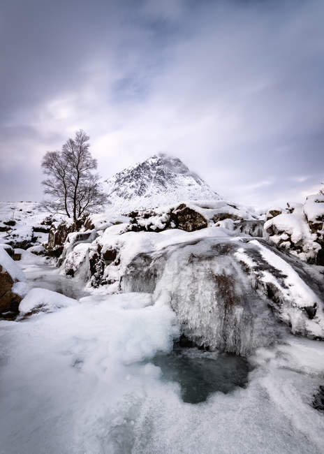 Great Britain, Scotland, Highland, Buachaille Etive Mor, frozen waterfall and mountains landscape — Stock Photo